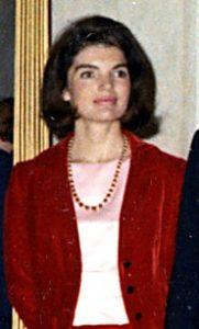 Jacqueline in einem modischen Kostüm