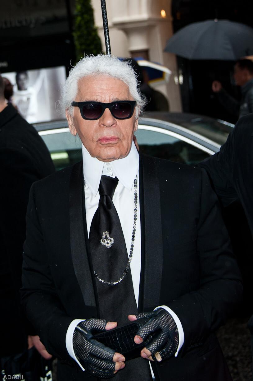 Karl Lagerfeld in einem seiner typischen Looks