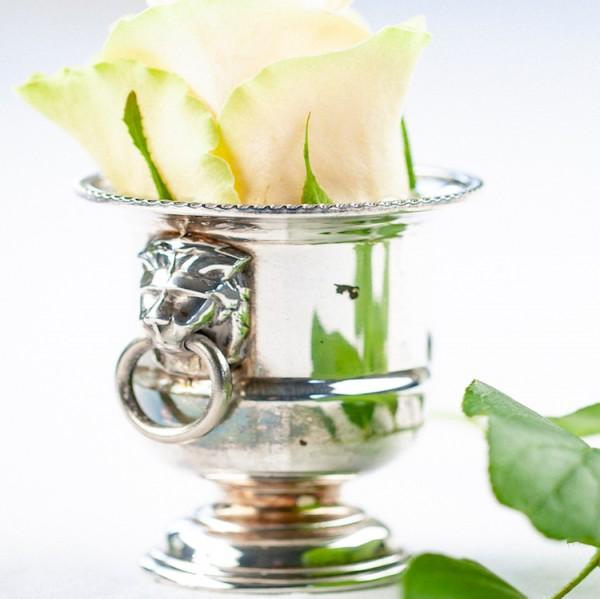 Kleiner Pokal mit Löwendetails