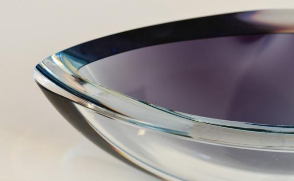 Kristallschale mit lila Einfärbung