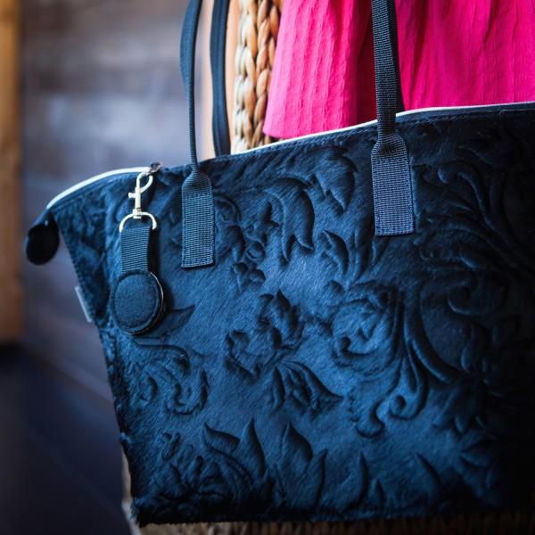 Schwarze Tasche mit silbernen Accessoires