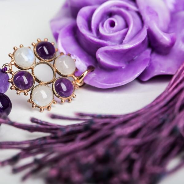 Eine Blüte mit Amethysten und Mondsteinen