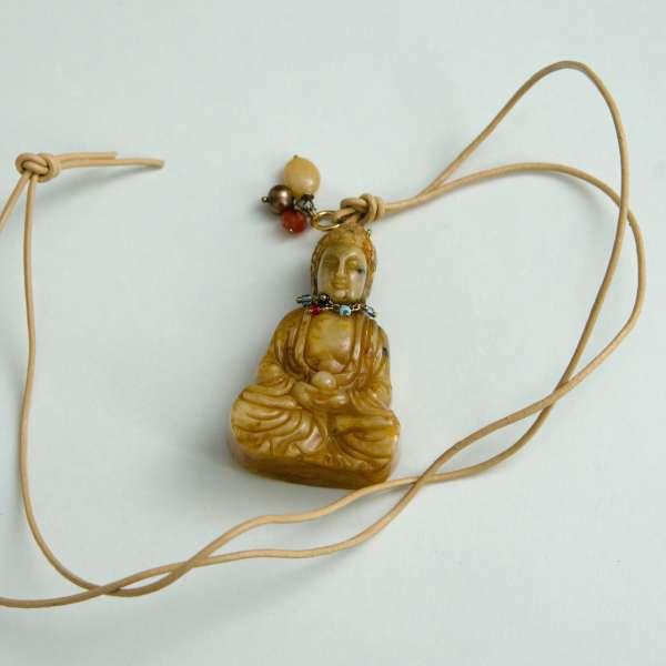 Buddha mit Lederband