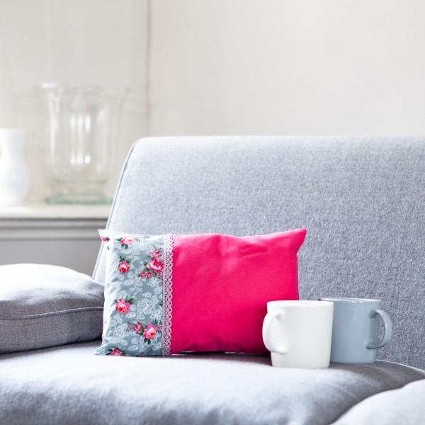 Hübsches, kleines Zirbenkissen in Pink-Grau