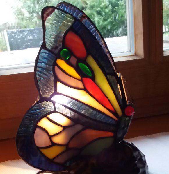 Schmetterlingslampe im Tiffany-Stil