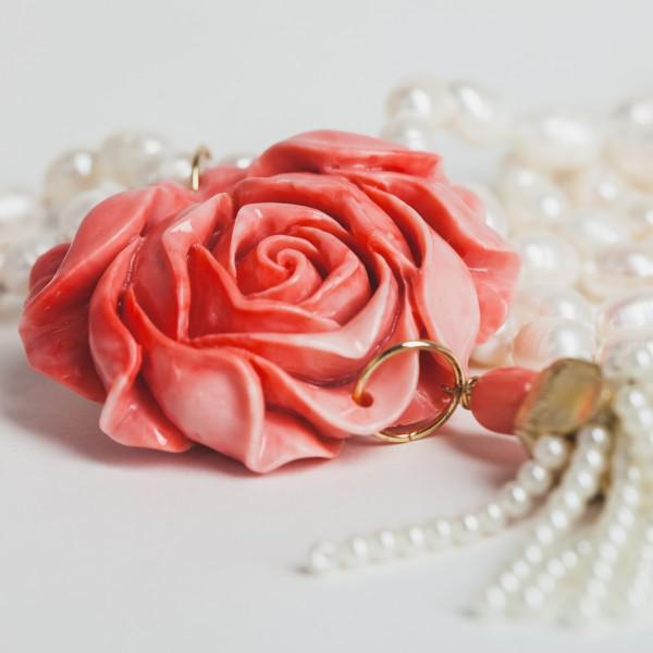 Perlenkette mit Blüte und vergoldetem Anhänger