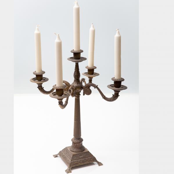 Kerzenständer aus korrodiertem Messing