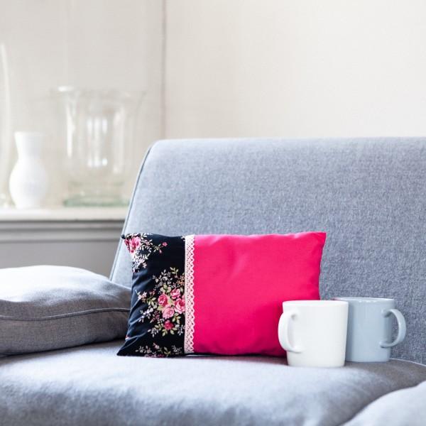 Hübsches, kleines, dekoratives Zirbenkissen in trendy Pink mit Schwarz