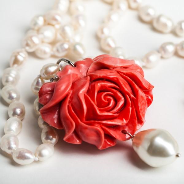 Elegante Perlenkette mit Blüte