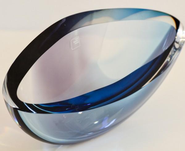 Asymmetrische Kristallschale mit lila Einfärbung