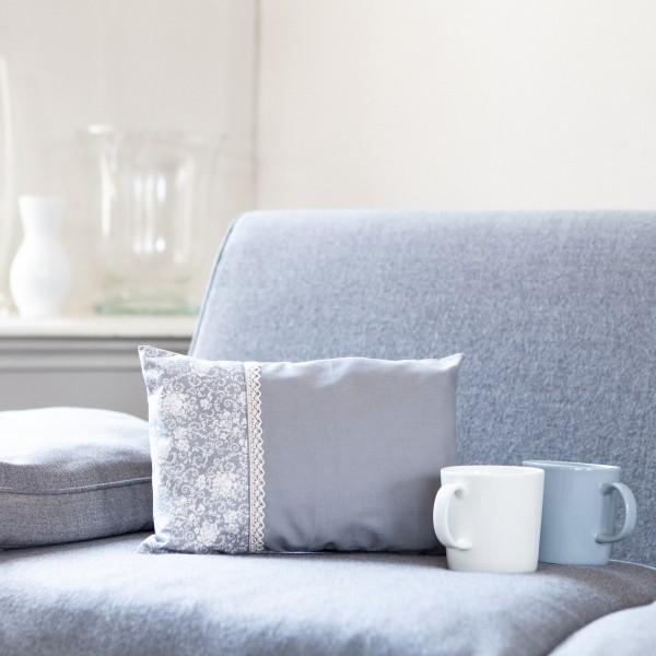 Dekoratives, kleines Zirbenkissen in Grau mit weißem Muster
