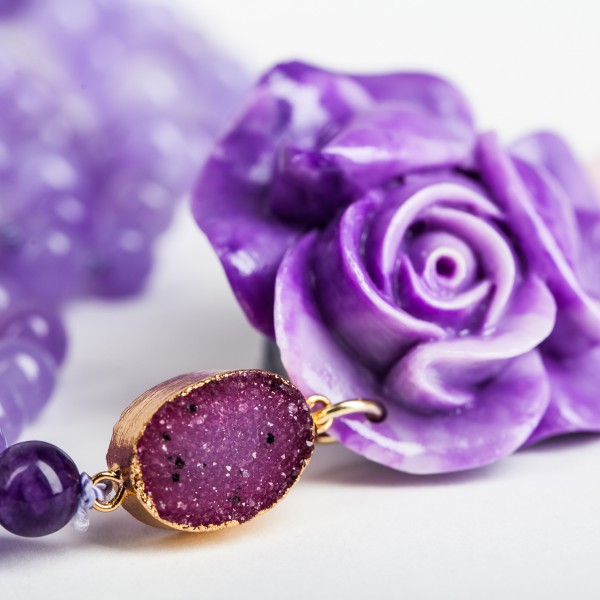 Perlenkette mit Achatanhänger und Blüte